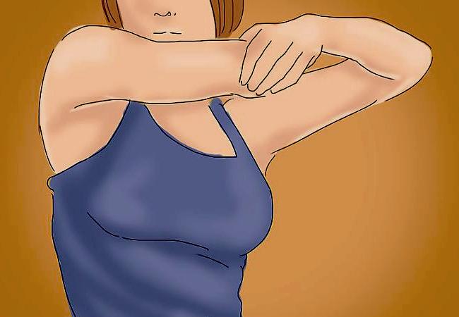 mujer entrando en calor y estirando los brazos antes de realizar los ejercicios