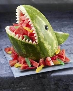 tiburón con frutas