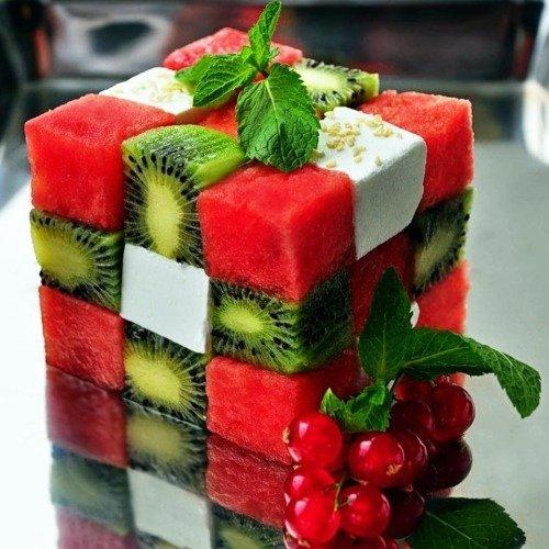 cubo formado con frutas