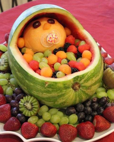 ensalada de frutas con forma de bebé