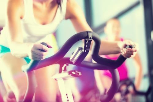 bicicleta fija para quitar flacidez en las piernas