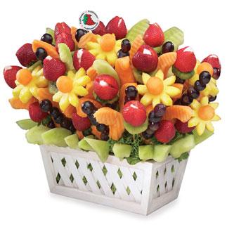 Ensalada de frutas en una canasta