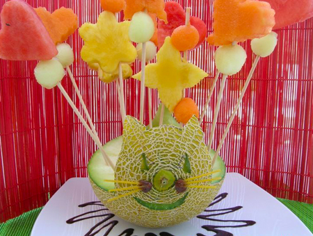 Un melón con frutas