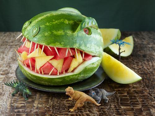 Decoración con sandía para hacer un diseño atractivo para niños que no quieren comer ensaladas de frutas