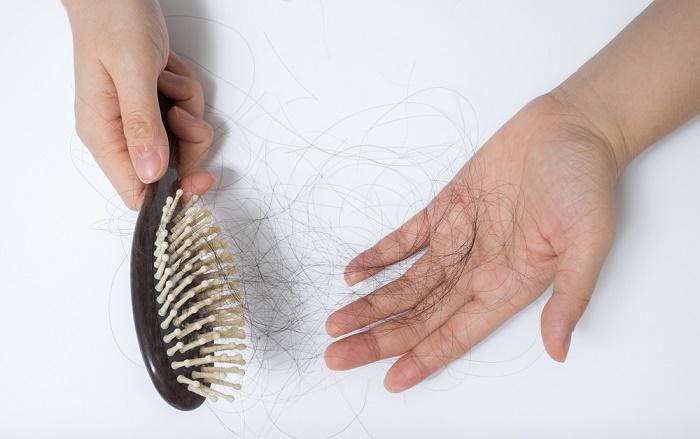 deficiencia de vitaminas caída de pelo