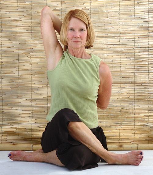 Mujer madura haciendo yoga