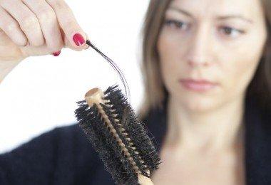 Mujer perdiendo pelo