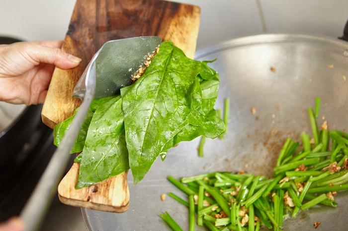 Vegetales de hoja verde acelgas espinacas
