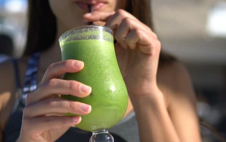 tomar jugos verdes para el acné