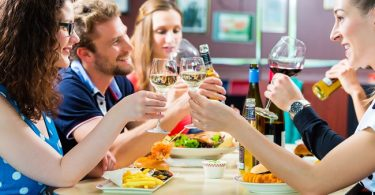 Personas comiendo comida rápida en un restaurante