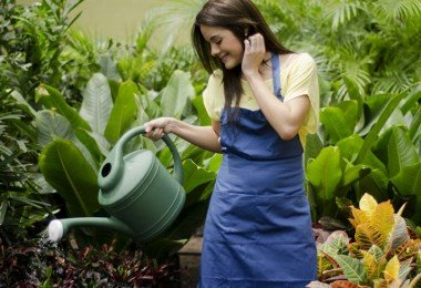 Mujer-regando-las-plantas