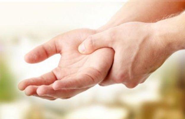Una persona con señales de hormigueo en las manos