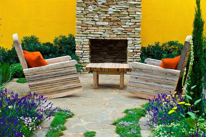 Jardín con piedras sillas
