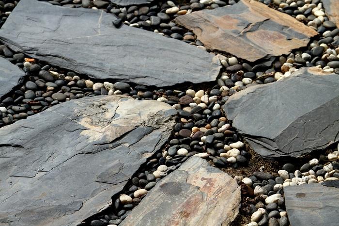 Jardín con piedras lajas