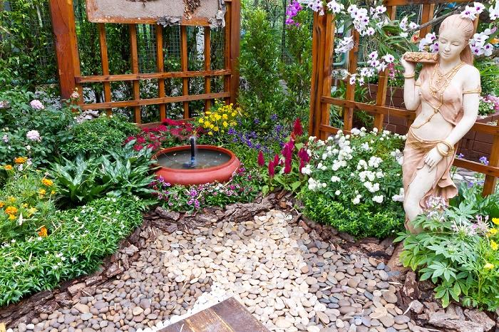Jardín con piedras fuente interior