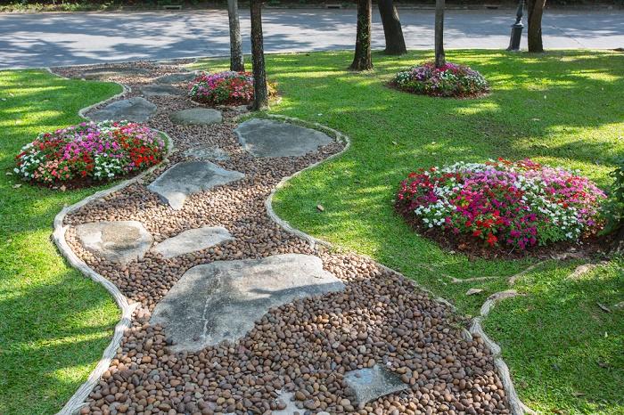 Jardín con piedras curvas