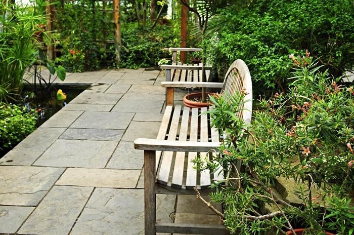 Jardín con piedras banca