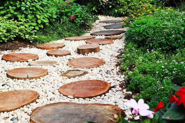 Jardín con piedras madera