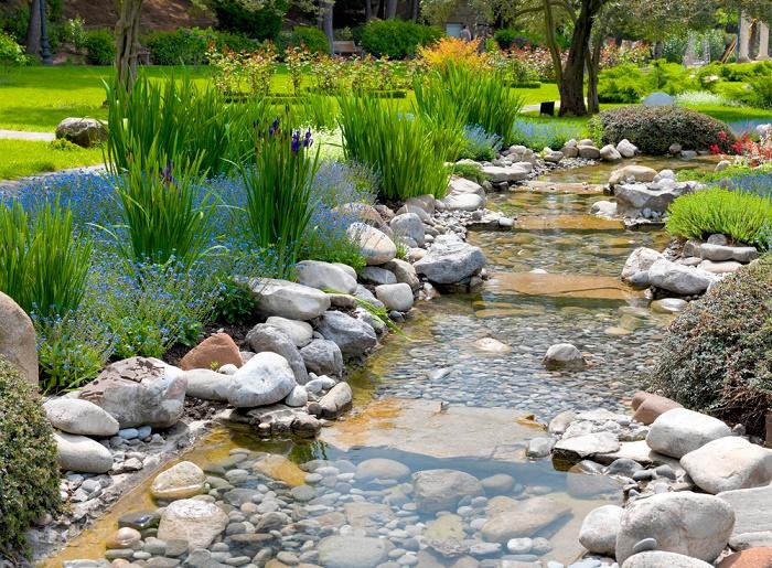 Jardín con piedras agua