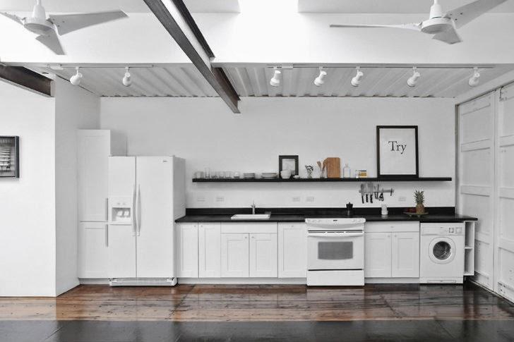 Una cocina minimalista dentro del contenedor reciclado