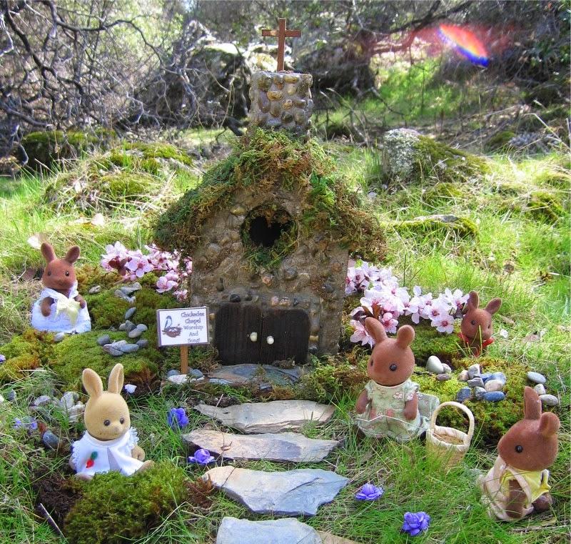 jardn de cuento hermoso con animales y una pequea capilla de piedra