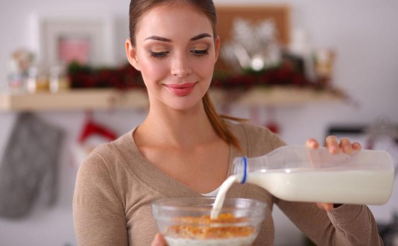 Mujer desayunando cereal