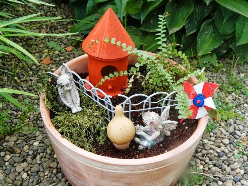 en esta idea una simple casita de cermica y un par de plantas es suficiente para darle el toque mgico