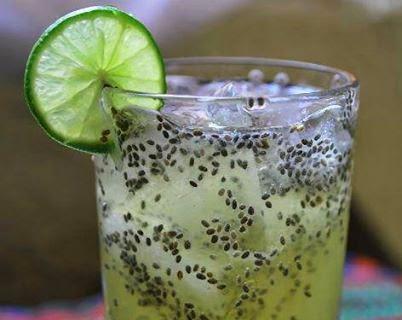 Vaso con limonada y semillas de chía que ayuda a bajar de peso