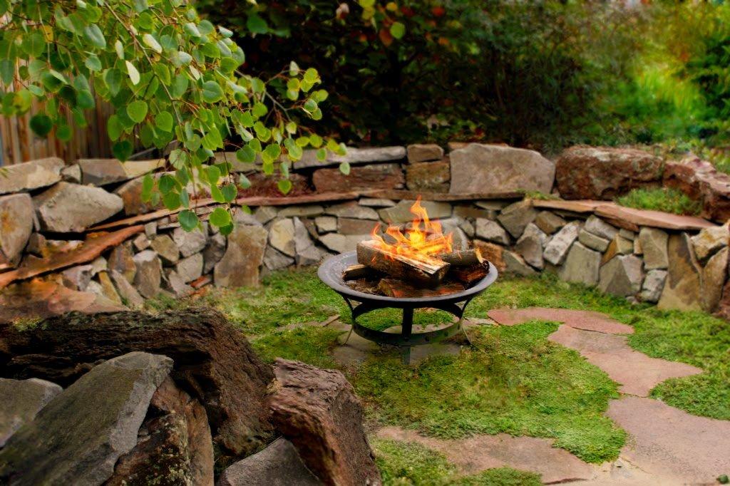 25 ideas de dise os r sticos para decorar el patio for Bancos de piedra para jardin
