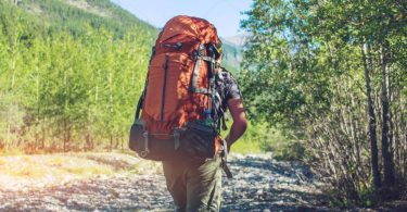 Persona caminando perdida por una montaña