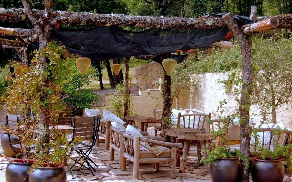 25 ideas de dise os r sticos para decorar el patio - Jardines decorados con madera ...