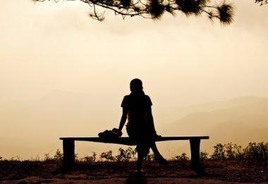 mujer sola atardecer sombras