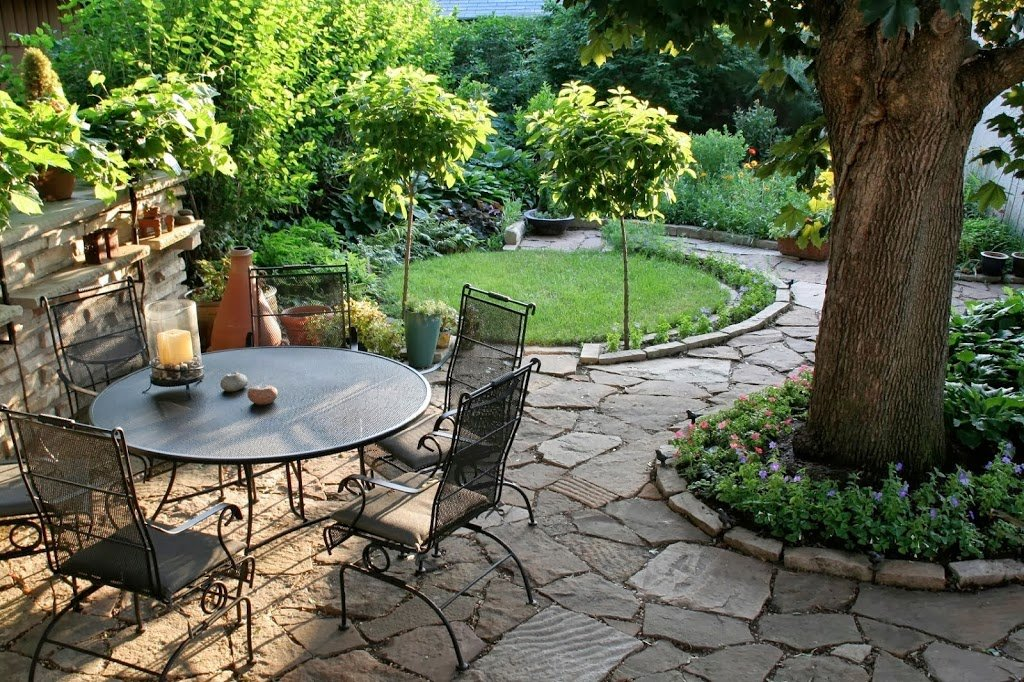 25 ideas de dise os r sticos para decorar el patio for Decoracion de jardines y patios con piedras