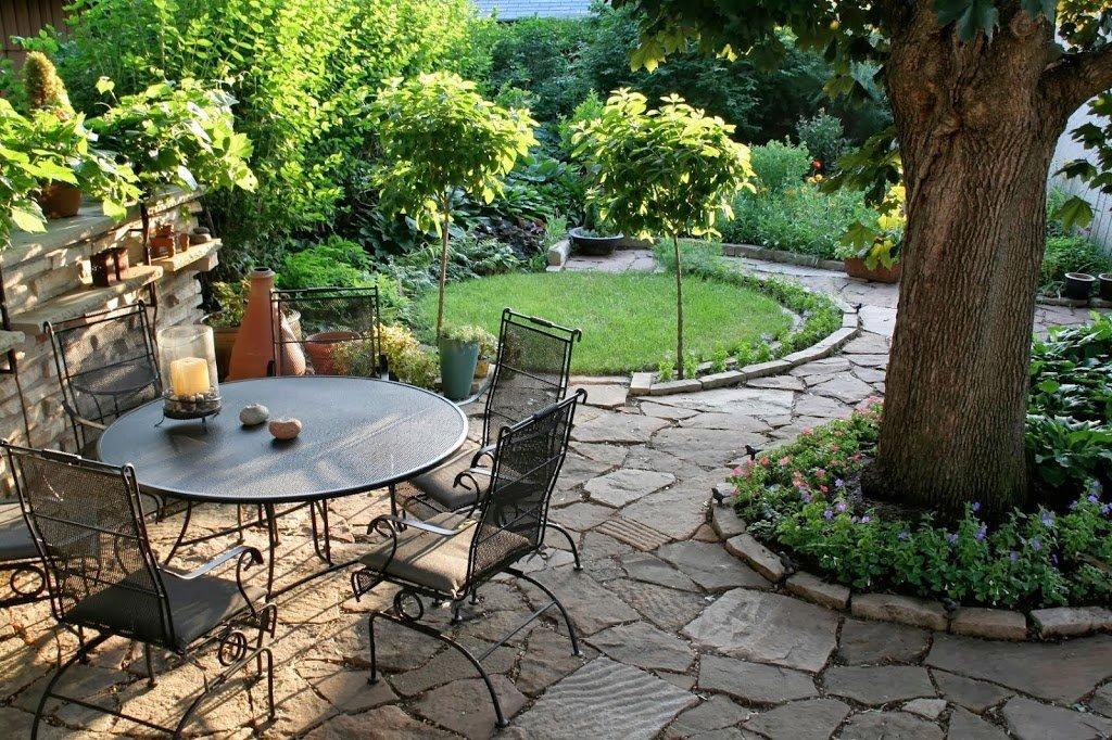 25 ideas de dise os r sticos para decorar el patio for Jardines con piedras y troncos