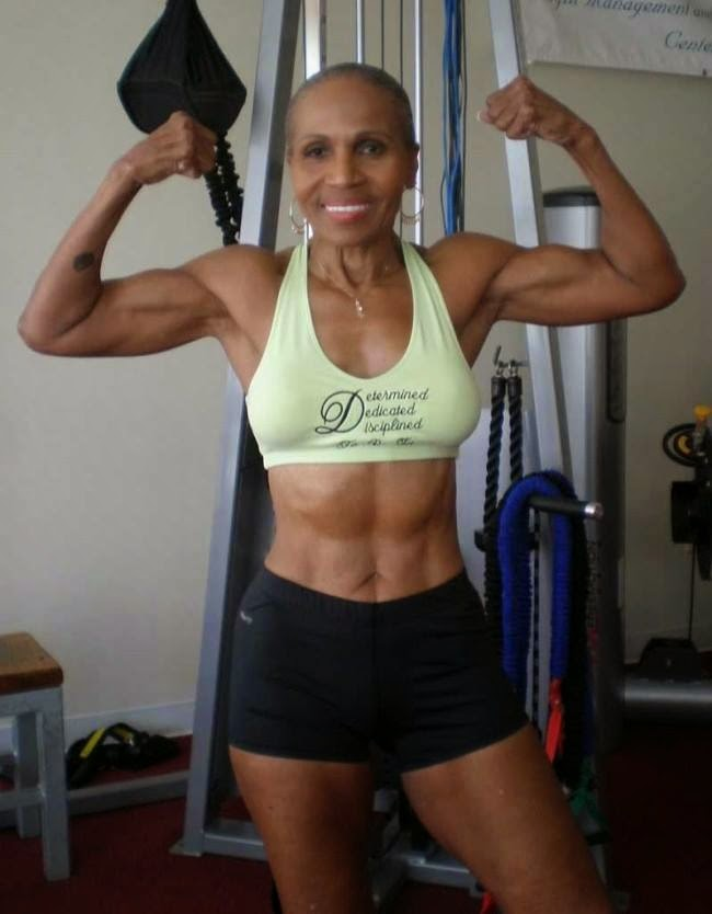Ernestine Shepherd ejercitando demostrando que la edad no es importante