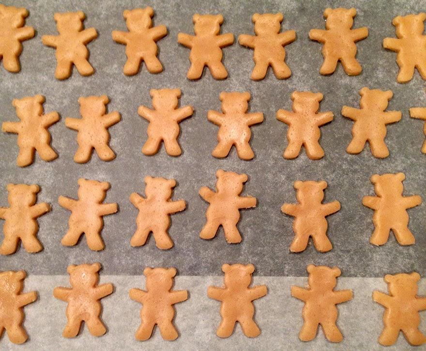 Galletas cortadas con molde con forma de osos