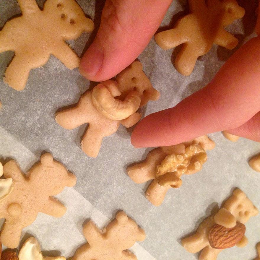 Añadiendo frutos secos a las galletas de jengibre
