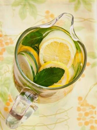 Agua para desintoxicar el hígado con Pepino, Limón y Menta