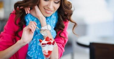 Chica mujer comiendo helado