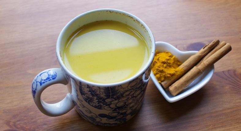 una bebida medicinal con agua tibia con limón y cúrcuma