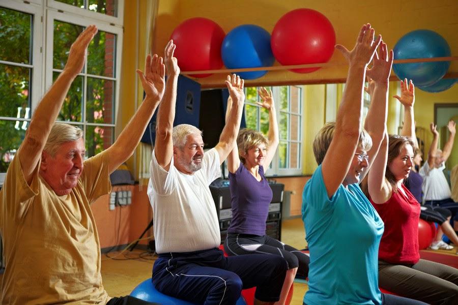 adultos mayores realizando ejercicios