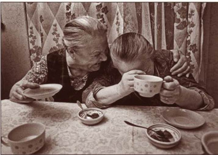 mujeres viejas en ataque de risa