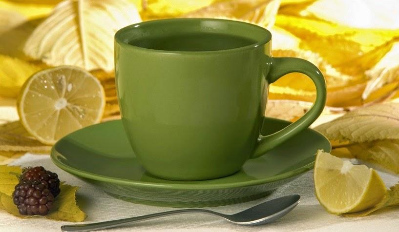 Beber agua caliente y jugo de limón hace orinar más