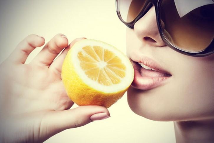 Mujer con limones atractiva
