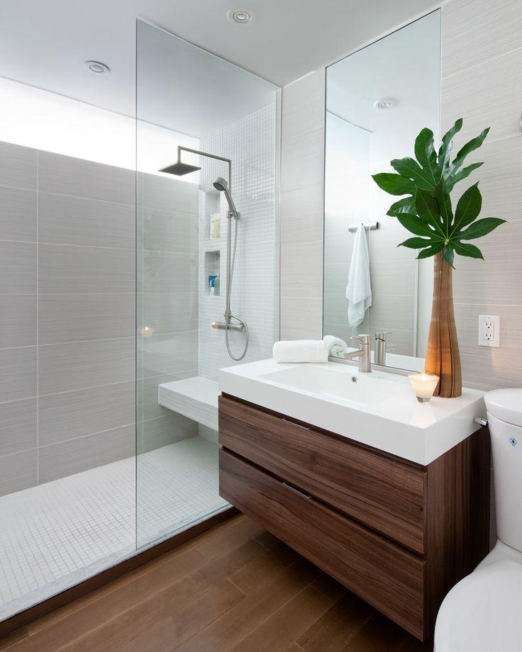 decorar un baño minimalista con mucha luz y vidrio en su interior