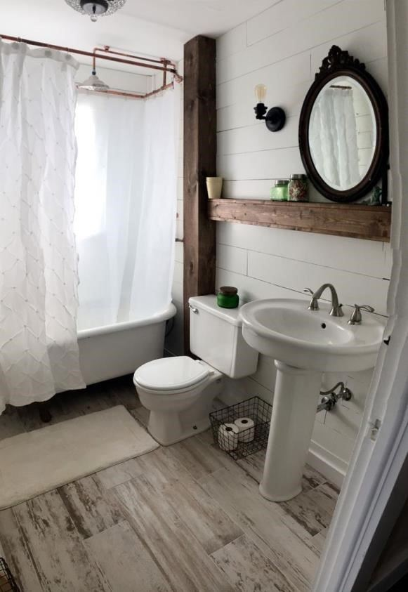 decorar un baño con colores blancos y bañera