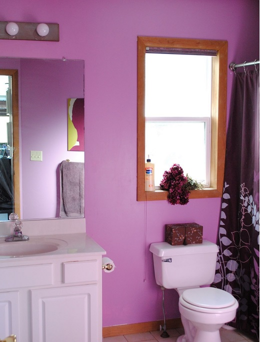 decorar un baño de color rosa y muebles rústicos
