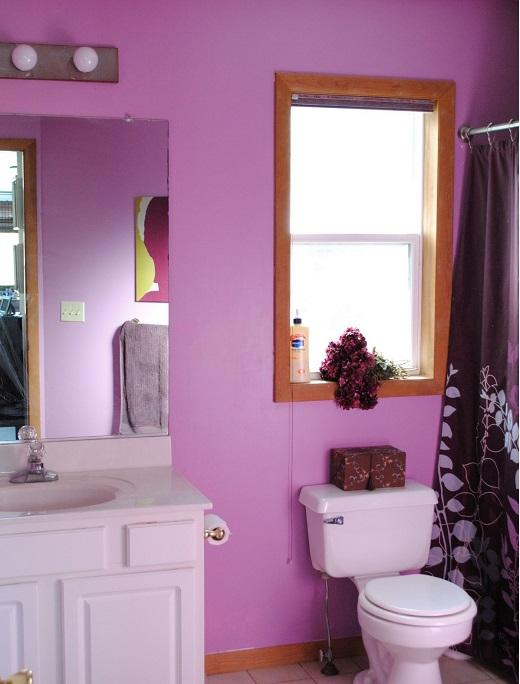 decorar un baño de color rosa y muebles rústicos
