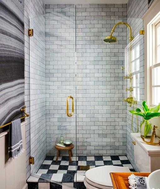 decorar un baño pequeño usando una puerta de vidrio en la ducha para dar amplitud