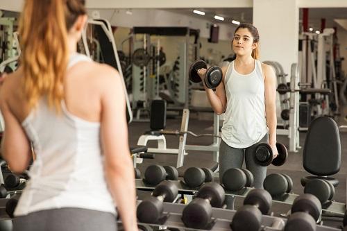 perder peso frente al espejo